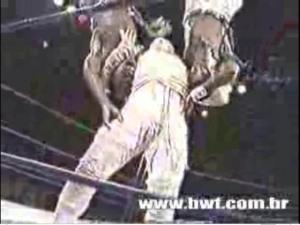 Múmia aplicando um duplo slam vertical nos Capoeirista